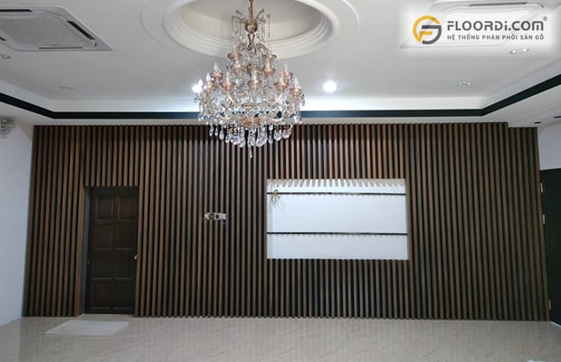 Ốp gỗ tường phòng khách là xu hướng décor được nhiều gia đình lựa chọn hiện nay