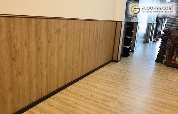 Sàn gỗ tông màu sáng ốp tường là mẫu sàn được các gia đình trẻ yêu phong cách Scandinavian lựa chọn
